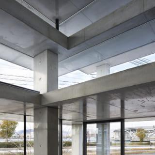 天板の大きさや足の長さが違うテーブルが重なり合うように、建物の枠組みをつくる構造「テーブルストラクチャー」。複雑に感じられるが、その実はすべて垂直水平の展開でとてもシンプル。天井の役割をする各天板の間にもガラスを入れ、豊かな光が入る開放的な空間を演出