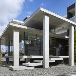 重いはずのコンクリートの屋根や階段が、軽やかにつくられている。 シンプルな構成でコストとデザイン性のバランスを取りながら 重いものが軽やかに感じられる不思議な違和感をデザインしている。