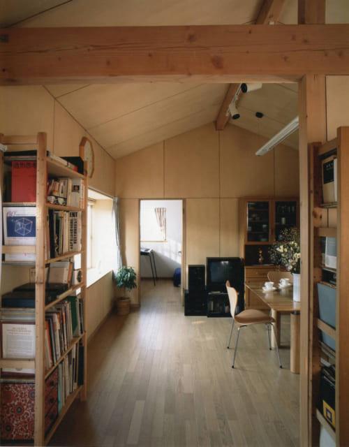 2階リビングの壁や天井は榀合板で。船底天井を現しにすることで、空間の広がりを実現