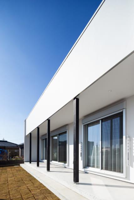 1階は寝室、客間、子供部屋が南面に並ぶ。ウッドデッキのあるルーフテラスが庇の役割を果たし、ほどよく陽が入る