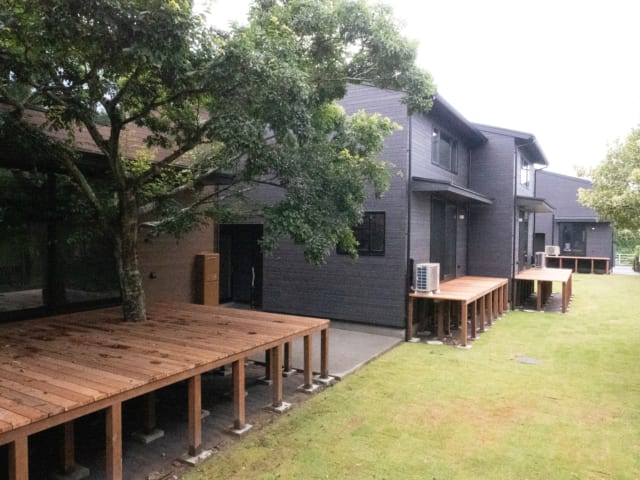 コモンテラスと名付けられた庭では、バーベキューなどのイベントや、サーファー同士の交流の場として活用されている