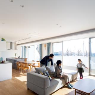 明るく開放的なほっこりリビング。大きくとられた窓の先には広いウッドデッキがあり、空間の広がりを感じさせる