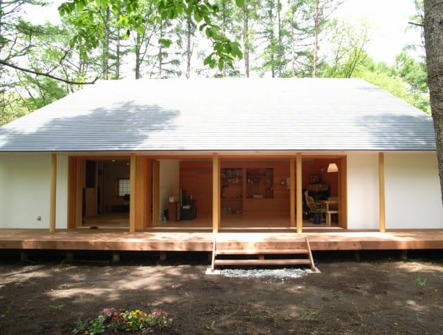 広々としたウッドデッキは、この家で最も気持ちの良い場所の1つ。庭にダイレクトに降りられ、縁側的な役割も