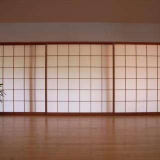 障子を閉めると、外の明かりが室内を行灯のように優しく照らす