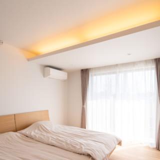 主寝室。閉じられた空間だが、2方向の窓から入る光で明るい