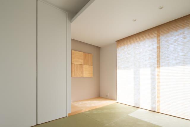 客間は、畳と素材感のあるロールスクリーンで和テイストに。優しい落ち着きを感じさせる