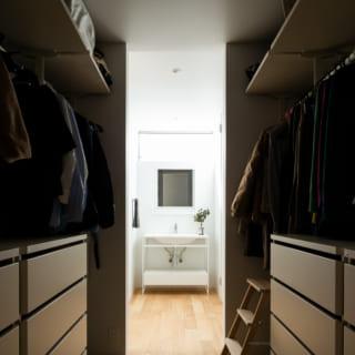 1階中央に設けられた四畳半のウォークインクローゼット。回遊できる動線で、玄関からも寝室からも入りやすい