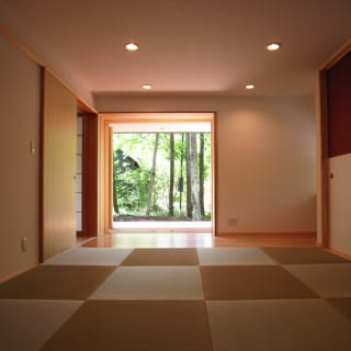 琉球畳が美しい和室。客間も兼ねたこの部屋からも庭の眺望が楽しめる