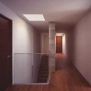 主寝室や子ども室がある3階廊下。2カ所のトップライトから入る光がやさしく広がり、落ち着ける雰囲気