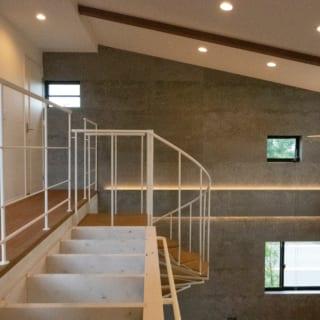 2階へは、螺旋階段で。パーゴラに取り付けられたバーは、懸垂のトレーニング用という遊び心も