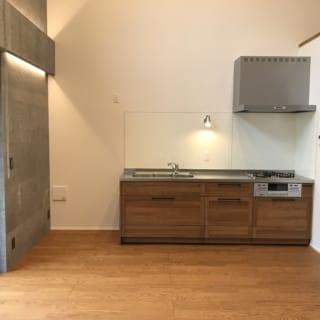 キッチンはあえて対面型とせず壁付にすることで、リビング空間の広さと家具配置の自由度をもたせた