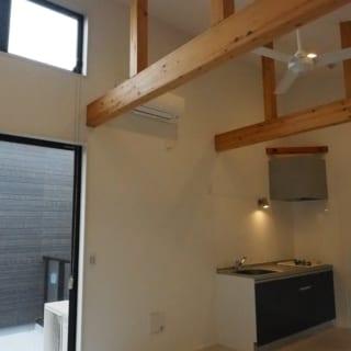 1Rタイプの部屋は、2階がメインフロア。構造材を現しにして、ウッディなテイストも