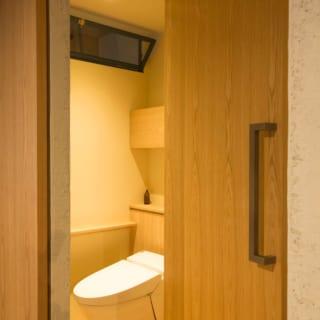 排水圧送ポンプを採用し位置を動かしたトイレ。上部の窓は土間に面して設けられた換気窓、快適さも高まった