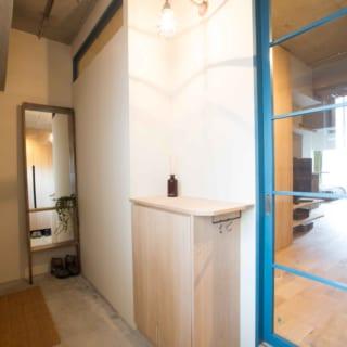 空間にアクセントを、と室内へ入る扉はラブラドールブルーで塗装した。「中間色が好きです」と小野さん