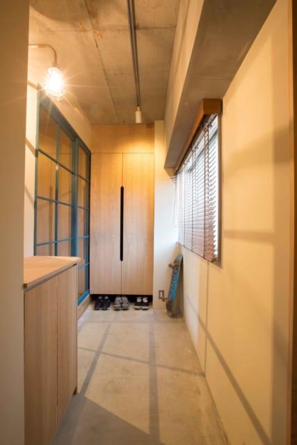 土間。以前の洋室にあった窓を生かし通風を改善。視線対策として玄関と室内への入り口をずらしている