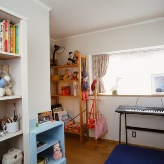子供部屋は、プライバシーを考えドア付きの個室に。お子さんの好みの白い壁紙でイメージチェンジ