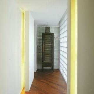 ガラスブロックからやさしい光が入る2階の廊下。床材は斜めに張り、直線の多い空間に柔らかさをプラス
