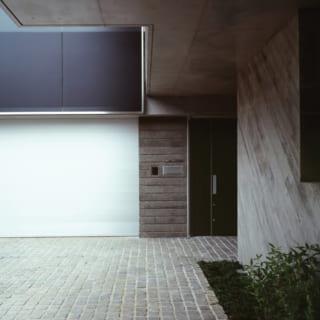 エントランスまわりは場所ごとにコンクリートの仕上げを変えている。石畳の床はポルフィードという斑岩