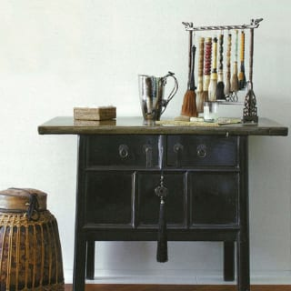 筆がディスプレーされたシノワズリのコンソール。趣味のいいシンプルな内装が家具の美しさを引き立てる