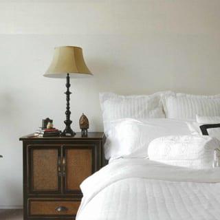 3階主寝室。レトロクラシカルなシノワズリ家具がシンプルモダンな空間に映え、高級ホテルの1室のよう