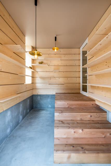 玄関を兼ねた土間スペース。靴置きとして使う棚は可動式。差し込む位置を変えれば、ブーツや長靴も使いやすい位置に置ける