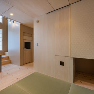 部屋でもあり、リビングの一部でもある和室。家族が集まりくつろぐ憩いの場だ