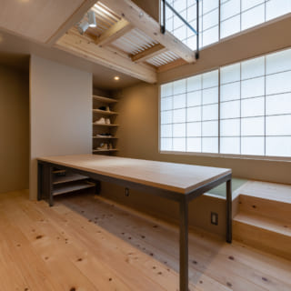 木に包まれるようなリビング。大きな開口が室内を明るく照らす。和洋2つテイストを実現するベンチは、地下室の天井高を稼ぐ役割も