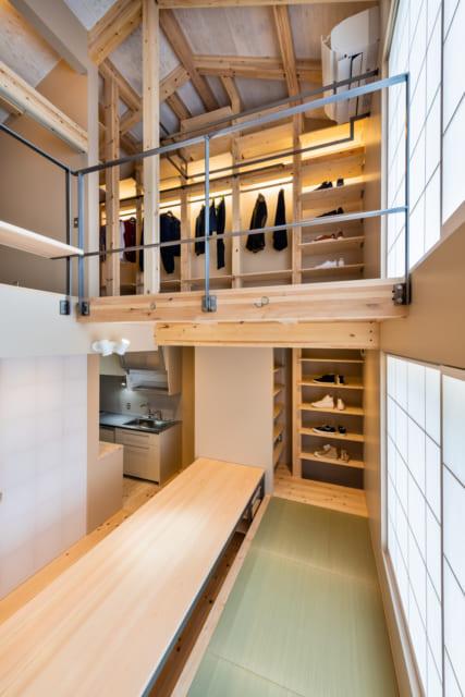 天井はあえて現しとして、空間の広がりを出す。吹き抜けに家全体がワンルームのような一体空間に