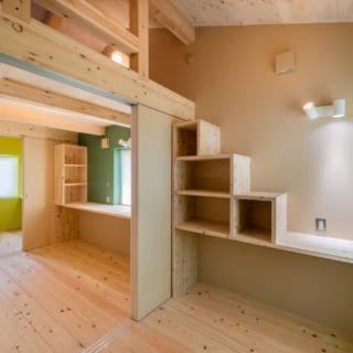 2階の子供部屋スペース。間仕切りで仕切ることで個室に早変わり。3人のお子さんそれぞれに合わせたアクセントカラーで楽しさを演出
