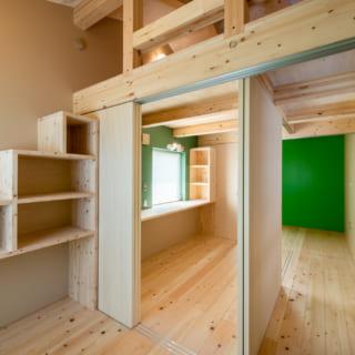 両サイドの部屋の作り付けの棚は、ロフトへの階段の役割も果たす