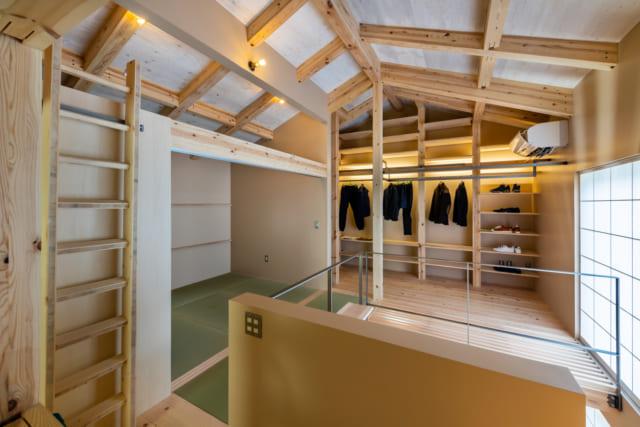 2階には、天井まで高さのあるファミリークローゼットが。高所の棚への出し入れは、ロフトのはしごを移動させ使用