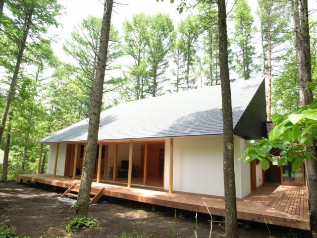 南側の庭からみた別荘。夏の高い日差しは、勾配屋根の角度と庇の張り出しで遮られるよう計算されている