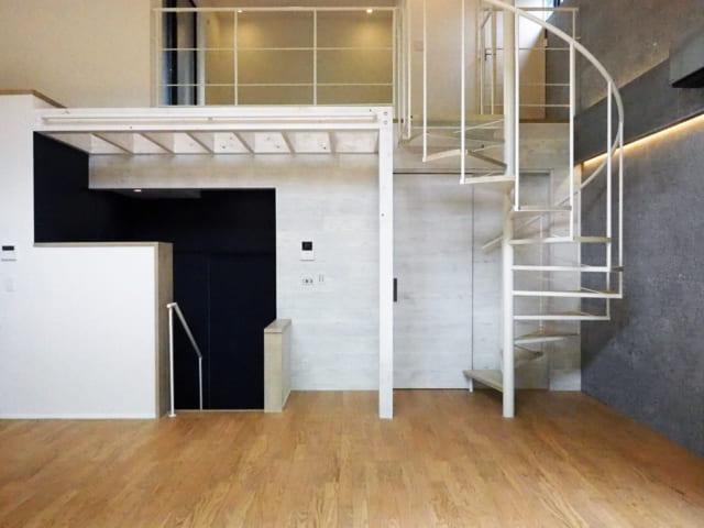 母屋のLDKは、実はスキップフロア。玄関より数段高くすることで、倉庫の天井高やウッドデッキの高さを実現した