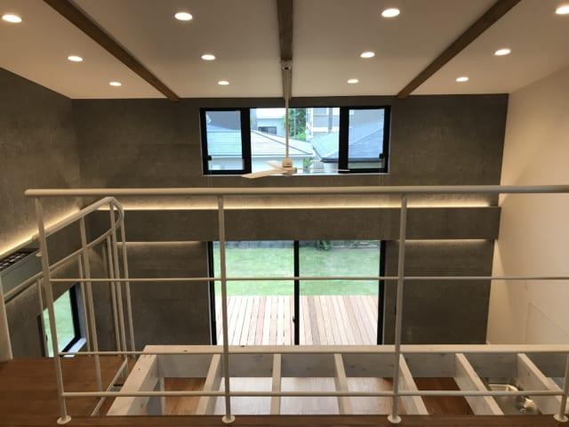 吹き抜けの天井が空間の広がりを演出。高窓によって、自然の採光と通風を可能にした