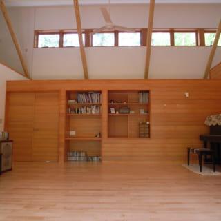 勾配屋根を使った開放的なリビング。北側には光の取り込みと通風を兼ねた高窓が。
