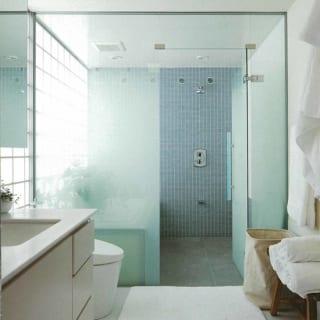3階バスルーム。白い洗面室から奥のバスルームにかけて徐々に青みが加わり、爽やかなグラデーションを描く