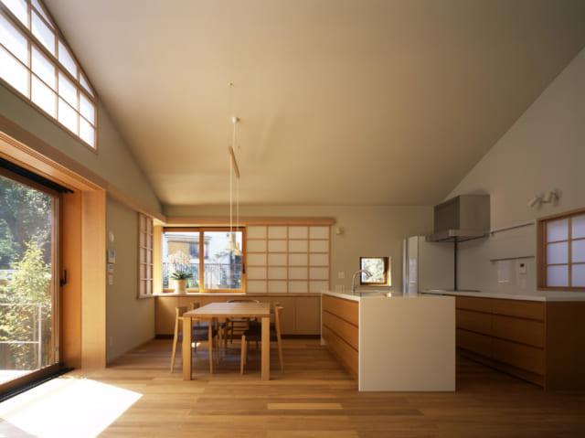 高窓に障子をあしらうことで、陽光を優しく取り込むと共に和テイストにも 開口部の障子は壁の中に収納されている