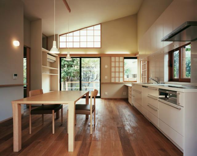 お母様邸のリビングはコンパクトながらも明るく広々としたキッチンが。南面に元の家の庭の木々を残し、四季の移ろいも感じられる