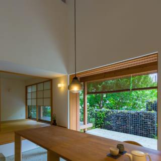 玄関からLDK、テラスまで連なる土間。民家の通庭(とおりにわ)をモチーフとし、ご近所さんが集う開かれた場所にしたかったそうだ。掃き出し窓を壁内部にしまい込むと、庭と一体となり開放感抜群の空間に