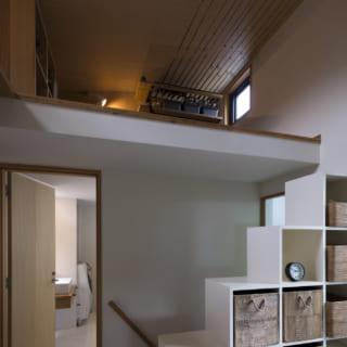 水回り上部は、7畳分もあるロフトに。階段状の棚は、間仕切りとロフトへの階段の役割も