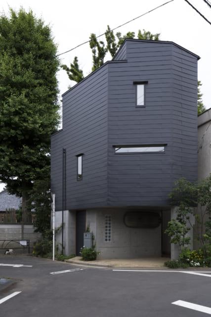 住宅街に佇む島村邸(竣工2年後)。外壁のガルバリウム鋼板は職人さんの手折りでぐるっと一周貼った力作