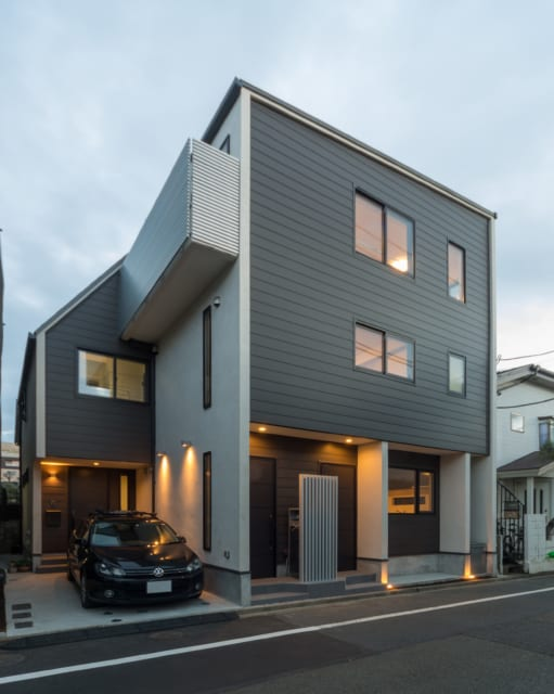 3住戸がそれぞれ独立した玄関を持つ。外観からは充実した内部空間が想像しにくく驚かれることも多いという