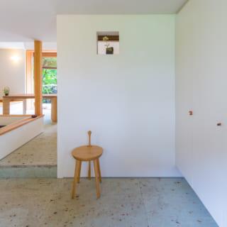 引き戸を開き邸内へ入ると、玄関からLDK、テラスまで大谷石の土間が広がる