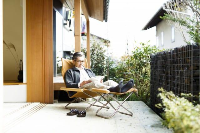 玄関から通庭そして南庭へと続く大谷石のテラス(南庭)。天気の良い日には、窓を大きく開き、読書をしたり、食事をすることも