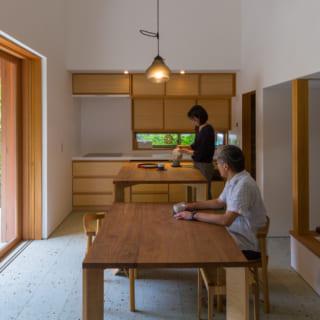 ダイニングテーブルはご近所さんが集まるので大きく、キッチンは壁付けにしてコンパクトに。キッチン右脇にある食品庫に冷蔵庫が収められているので、スッキリとている