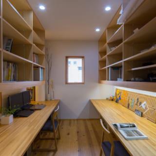 2階の図書室(ワークスペース)。木のぬくもりに包まれた落ち着いた空間は、仕事に集中でき、ご主人のテレワークにも最適だそうだ