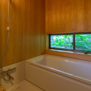 浴室は壁と天井にサワラを使用し、木の香りを楽しめる。窓を開け坪庭を眺めながら、鈴虫の音に耳を傾け、露天風呂気分を味わう