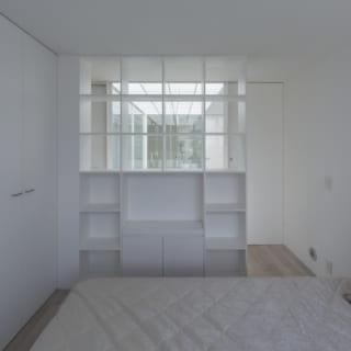 4階寝室。4階は吹抜けを挟んで寝室と水まわり向き合い、その両脇に通路がある。吹抜けの周りをぐるりと回遊でき、動線は抜群