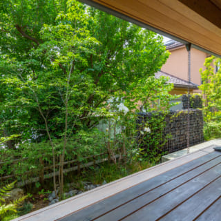 庭に面した濡れ縁は、夕涼みやお月見に絶好のスポット。ここでのお風呂上がりのビールは、格別なのだとか