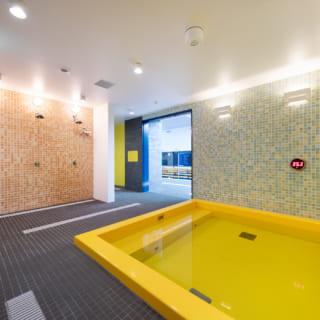 【1階/子どもゾーン】子ども用の浴場。内装素材にはモザイクタイルなどが使われており、子どもが好きな明るい色使いの空間ながら、上質感がある